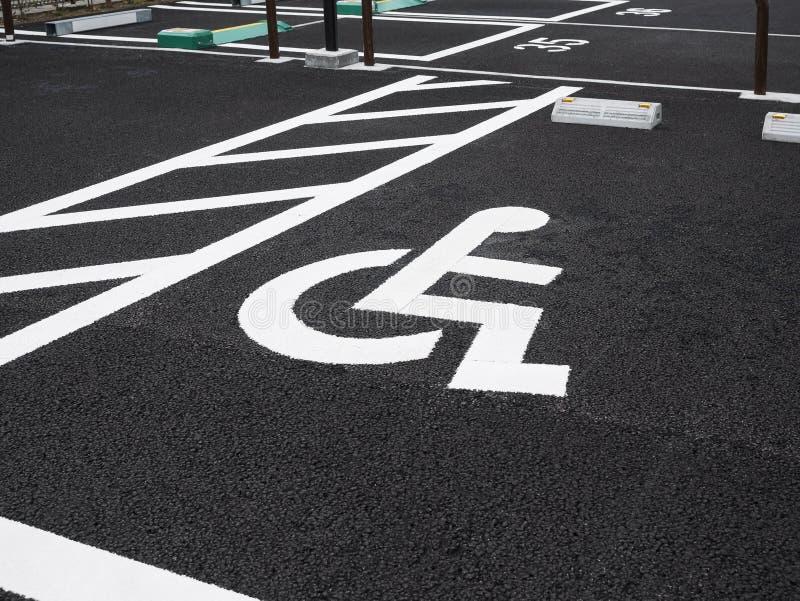 伤残轮椅标志优先权停车场室外停车场 库存图片