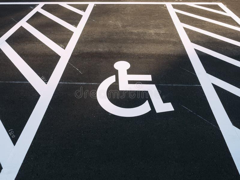 伤残轮椅标志优先权停车场室外停车场 库存照片
