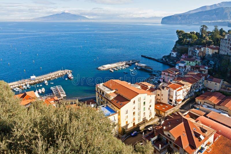 索伦托市、海湾那不勒斯和维苏威火山,意大利 免版税库存照片