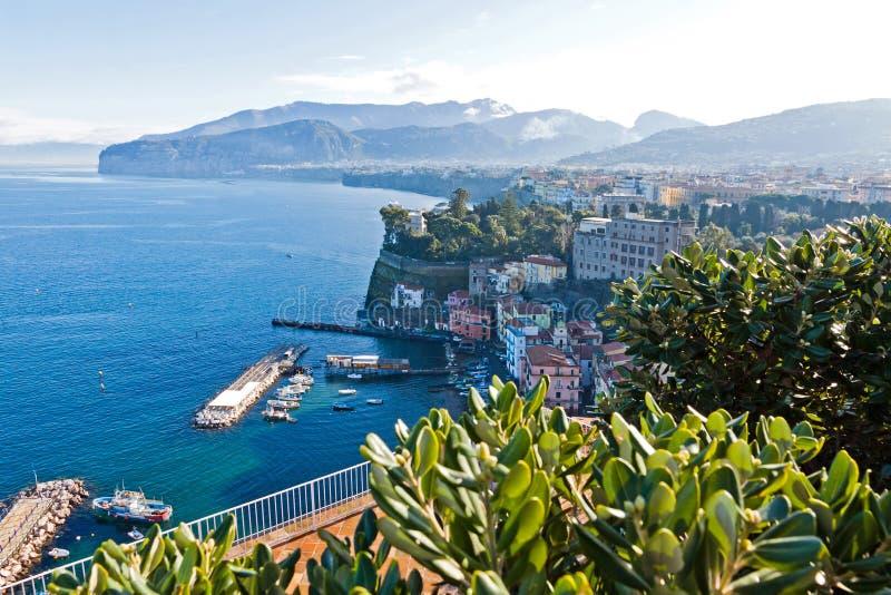 索伦托市,意大利美丽如画的早晨视图  免版税库存图片