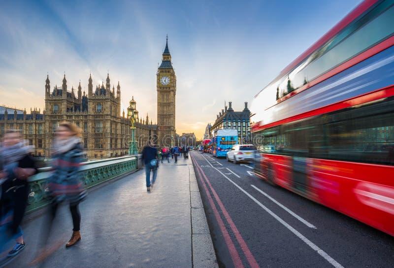 伦敦、英国-偶象大本钟和议会议院与著名红色双层汽车和游人的 免版税图库摄影
