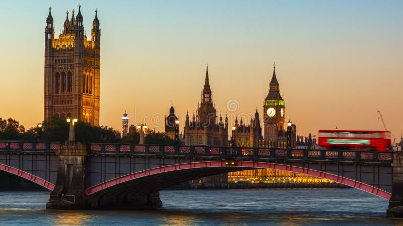 伦敦、议会大本钟和议院在黄昏的 免版税库存图片