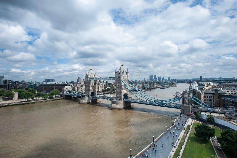 伦敦、金丝雀码头英国-伦敦塔桥和摩天大楼鸟瞰图  免版税库存照片