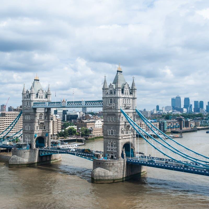 伦敦、金丝雀码头英国-伦敦塔桥的被摆正的图象,摩天大楼和财政区 库存照片