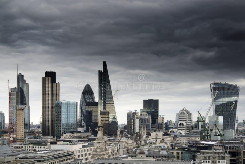 伦敦与偶象地标大厦的都市风景地平线在C 免版税库存图片