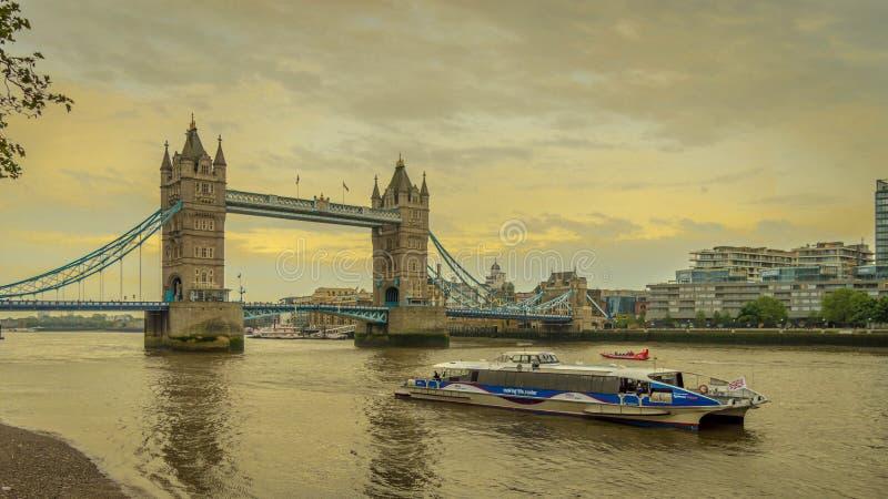 伦敦与塔桥梁的市巡航在日落期间的背景中在伦敦,英国 免版税库存图片