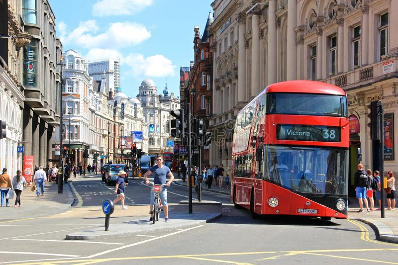 伦敦伦敦苏豪区, Picadilly马戏,红色公共汽车 免版税图库摄影