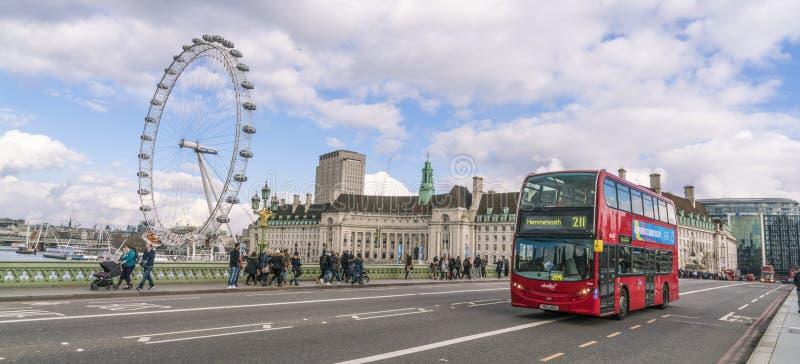 伦敦公共汽车和伦敦眼伦敦英国 库存图片
