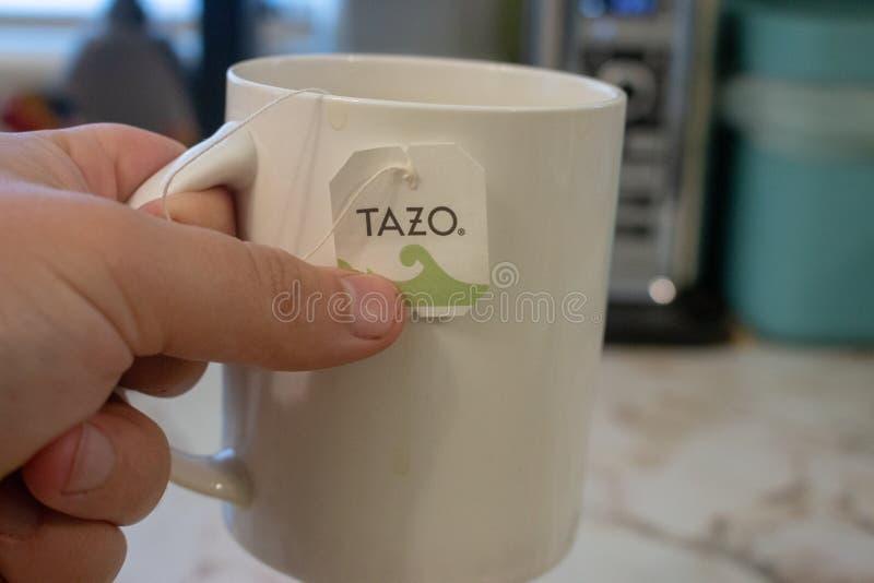 伦敦加拿大,2019年4月20日:一个杯子的社论说明照片有一个tazo茶包的在它 田造是前 免版税库存照片