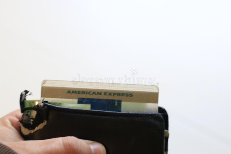 伦敦加拿大,2019年4月27日:黏附在钱包外面的美国运通商标的社论照片 零花钱的概念和 免版税库存图片