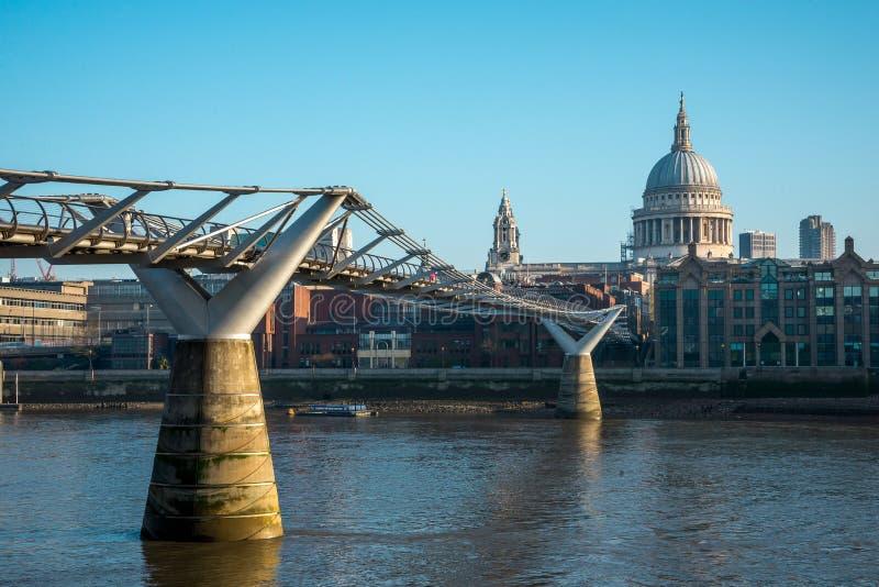 伦敦千年桥梁和圣保罗从Bankside的` s看法大教堂在泰晤士河中南银行  库存图片