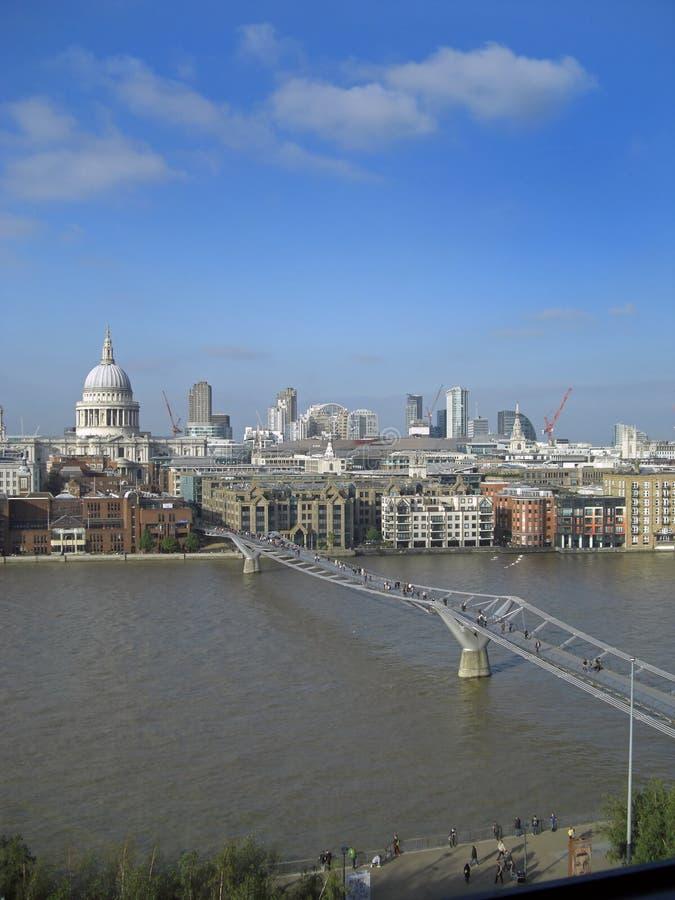 伦敦千年桥梁 免版税库存照片