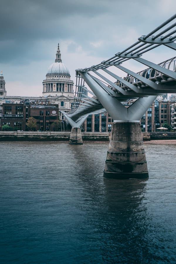 伦敦圣保罗座堂桥梁  库存图片