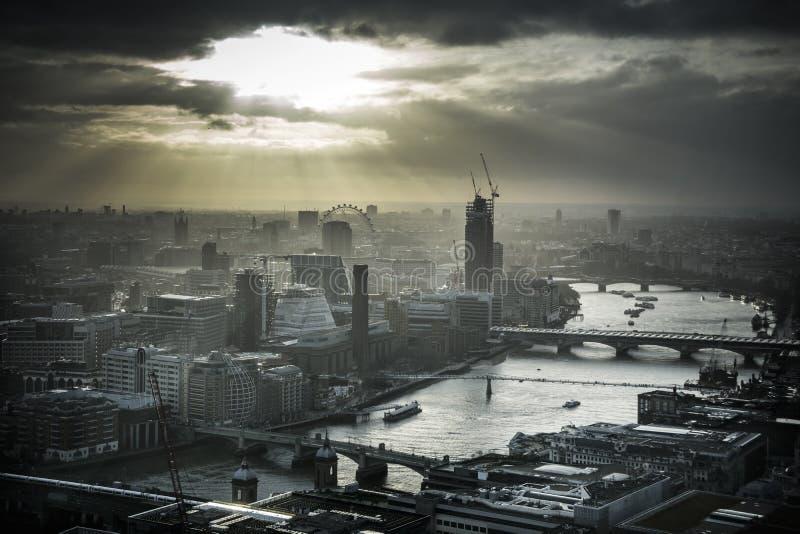 伦敦在剧烈的天空下 免版税库存图片