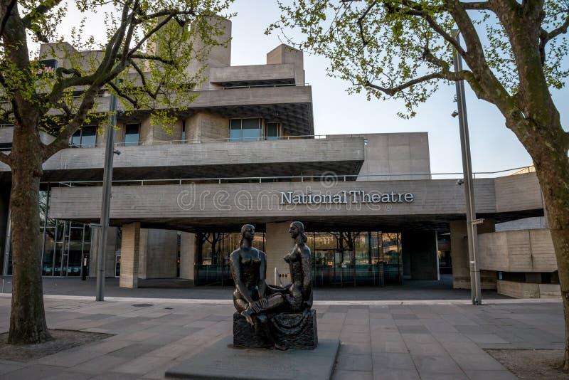 伦敦在国家戏院前面的自豪感雕象在南银行,伦敦中 免版税库存照片