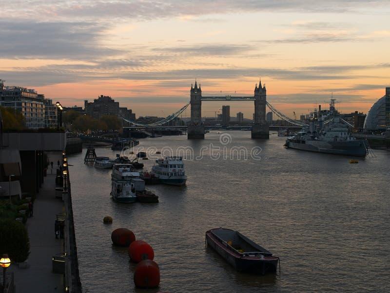 伦敦在黄昏的` s都市风景:塔桥梁、泰晤士河等等 免版税图库摄影