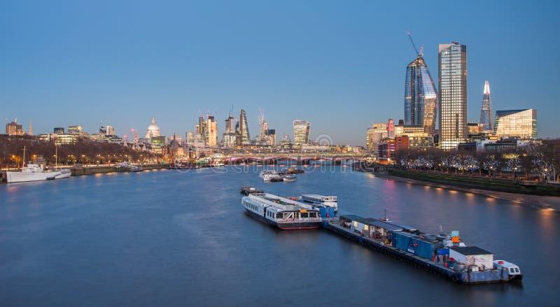 伦敦地平线全景在晚上,英国英国 泰晤士河, 免版税库存照片