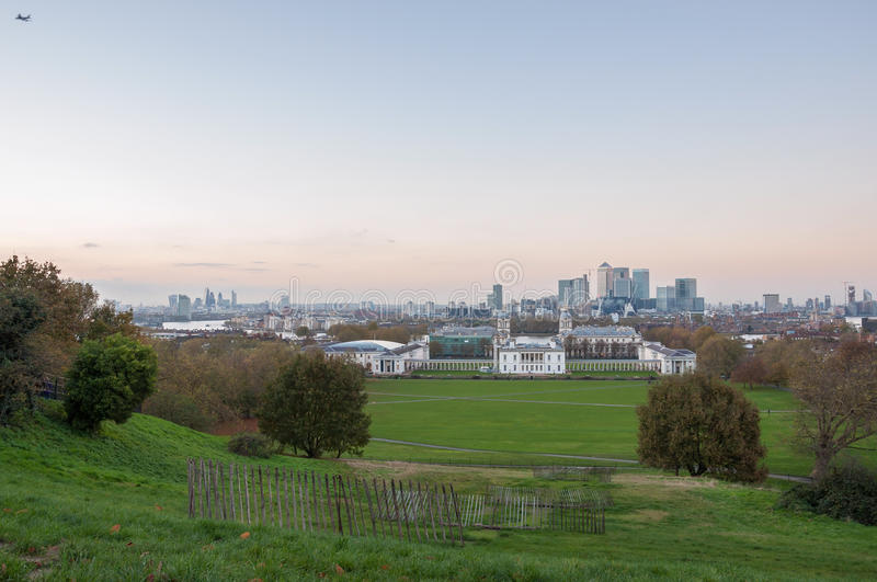 伦敦地平线在日落以后的 从格林威治小山的看法 库存图片