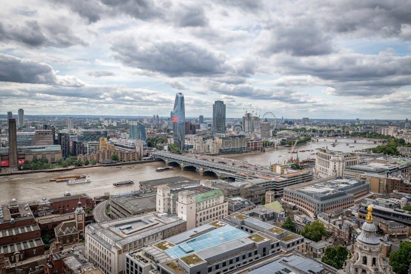 伦敦地平线有看法看在河下的泰晤士对塔特现代议会和伦敦眼睛 图库摄影