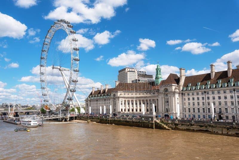 伦敦地平线 伦敦眼睛和泰晤士河码头,从威斯敏斯特桥梁 r 免版税图库摄影