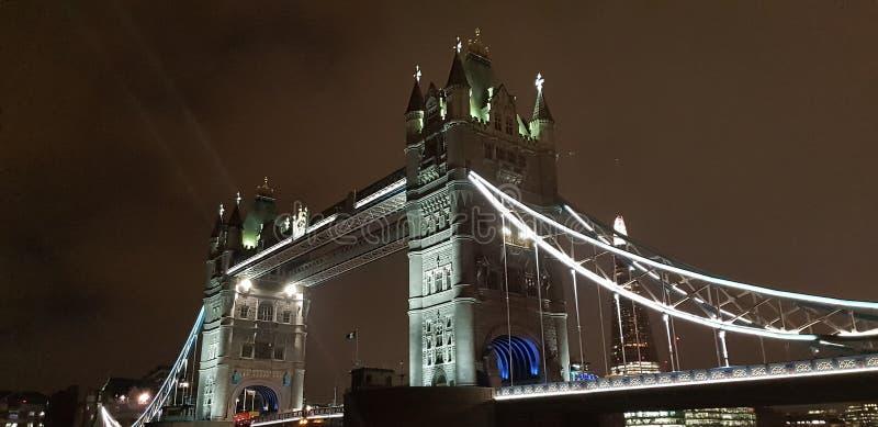 伦敦塔桥在伦敦在晚上 免版税库存照片