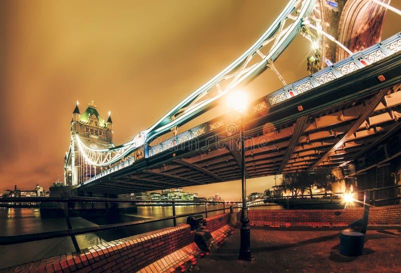 伦敦塔桥在晚上,Southwark 库存照片