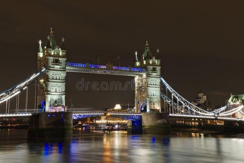 伦敦塔桥在晚上 免版税库存照片