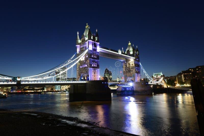 伦敦塔桥梁和泰晤士河夜场面 免版税库存图片