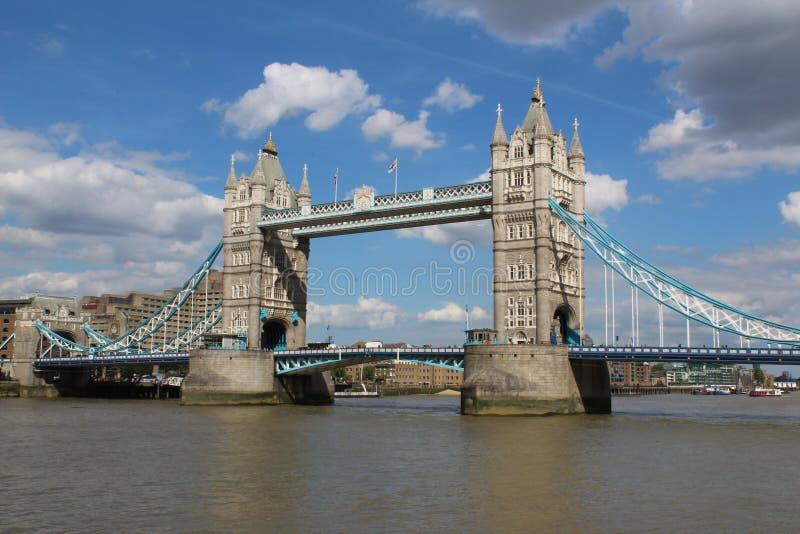 伦敦塔桥梁在一个晴天 图库摄影