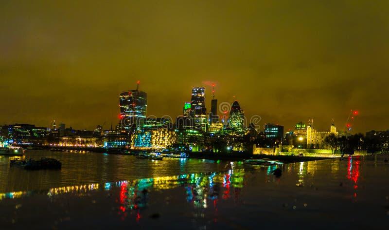 伦敦塔桥梁,英国在夜之前 免版税库存照片