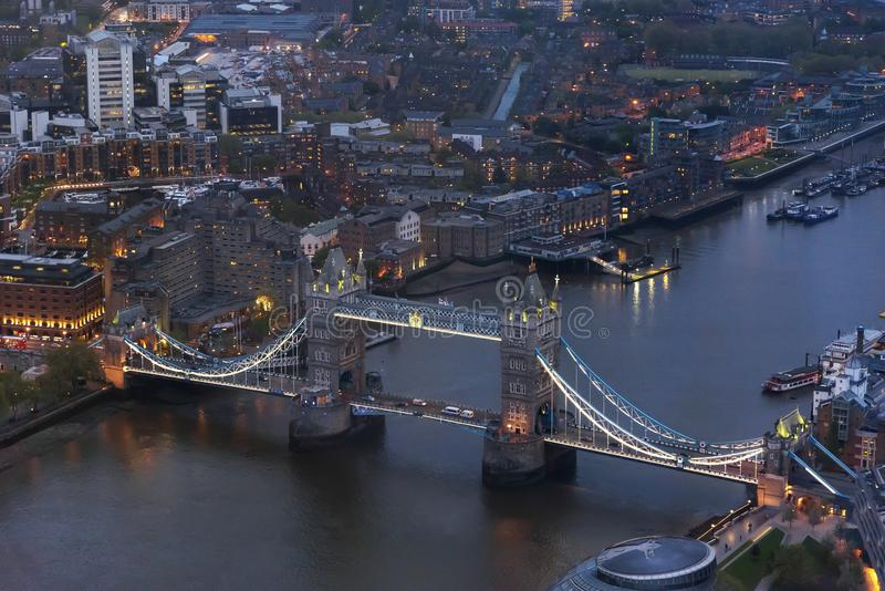 伦敦塔桥鸟瞰图在黄昏的伦敦 免版税库存图片