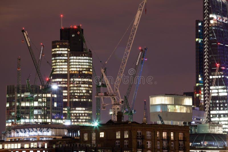 伦敦夜有金丝雀码头视图 图库摄影