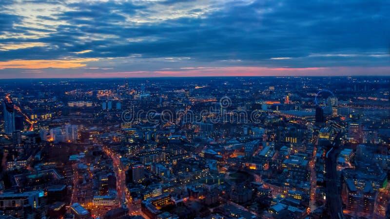 伦敦夜视图,日落 往伦敦眼,议会议院  库存照片