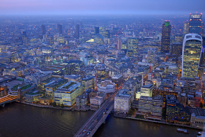 伦敦屋顶日落的视图全景与都市建筑学 免版税库存图片