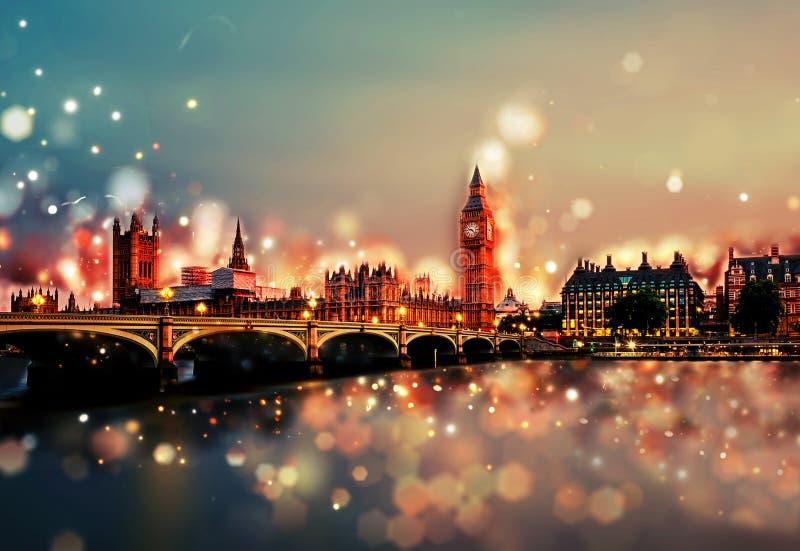 伦敦市在夜-塔桥梁,大本钟,日落之前- Bokeh,透镜火光,照相机迷离 库存图片