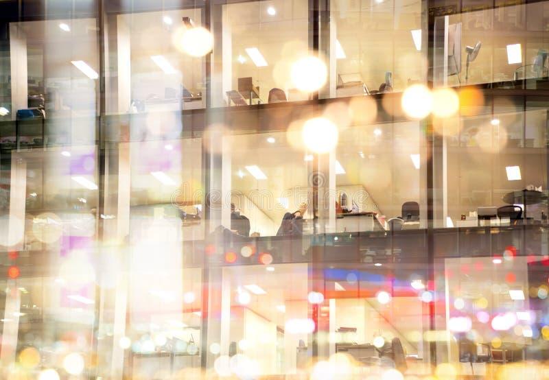 伦敦市在日落和窗口反射第一夜光agains的办公楼  库存图片