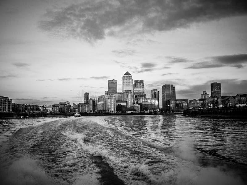 伦敦市地平线如被看见从泰晤士, Bl 库存图片