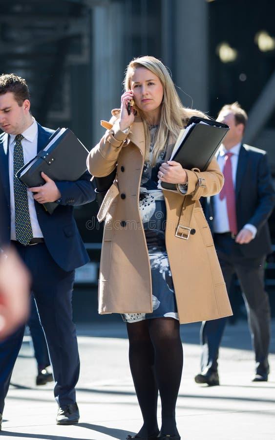 伦敦市,女商人谈话在电话 英国 库存照片