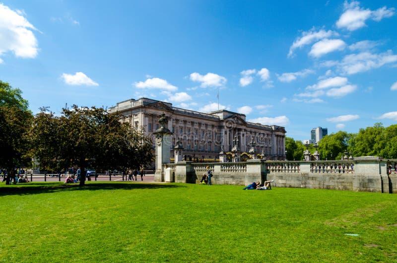 伦敦市/英国:在白金汉宫的看法从公园 免版税库存照片