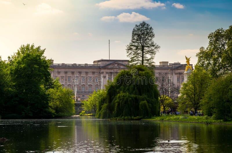 伦敦市/英国:在白金汉宫的看法从圣詹姆斯的公园 图库摄影