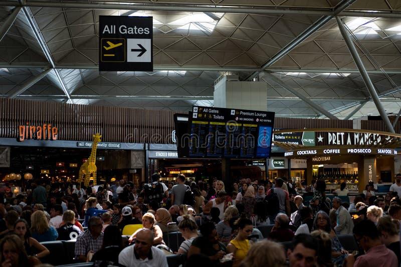 伦敦斯坦斯特德机场,航行时刻表8月2018年, 库存照片