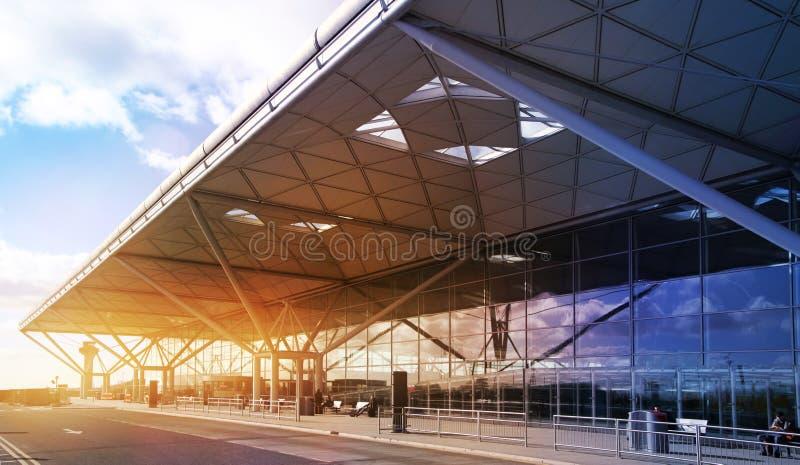 伦敦斯坦斯特德机场,英国- 2014年3月23日:在太阳上升的机场大厦 免版税库存图片
