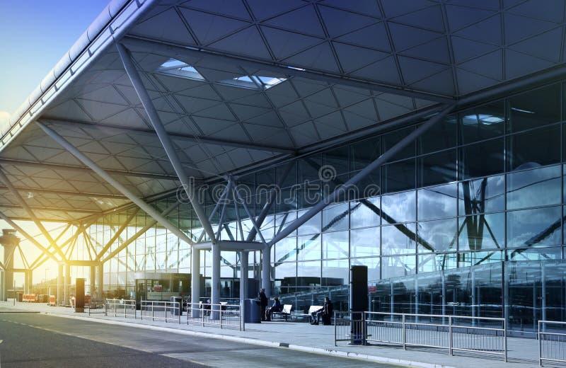 伦敦斯坦斯特德机场,英国- 2014年3月23日:在太阳上升的机场大厦 库存图片