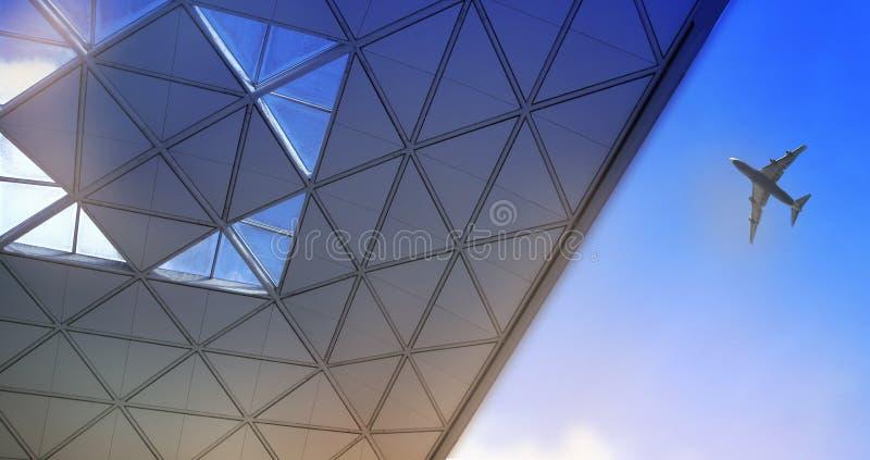 伦敦斯坦斯特德机场,英国- 2014年3月23日:机场大厦屋顶和飞机 库存图片