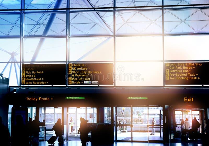 伦敦斯坦斯特德机场,英国- 2014年3月23日:机场窗口和信息板 库存照片