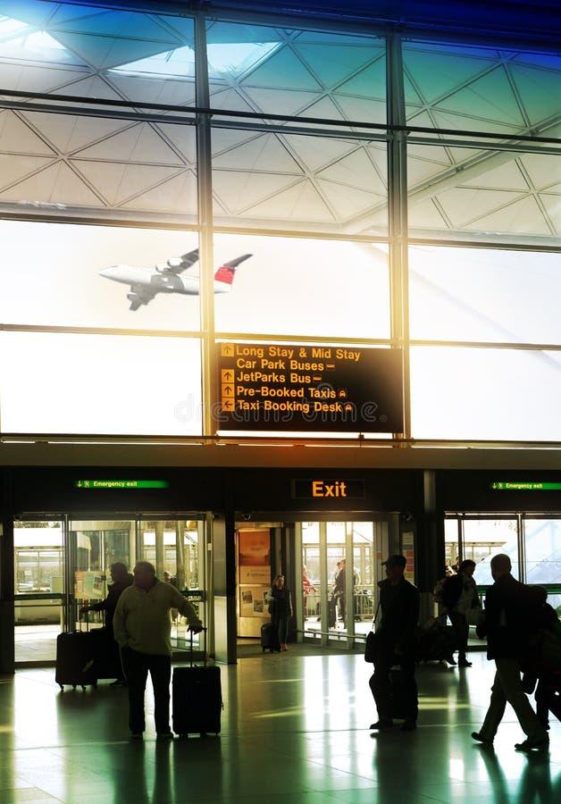 伦敦斯坦斯特德机场,英国- 2014年3月23日:机场窗口和信息板 免版税库存照片