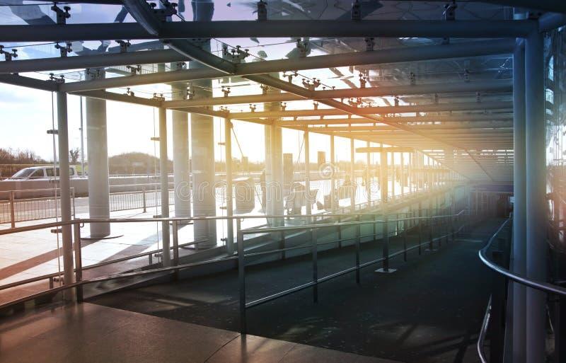 伦敦斯坦斯特德机场,英国- 2014年3月23日:机场窗口和信息板 免版税库存图片