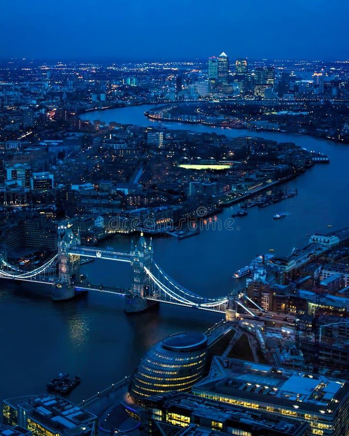 伦敦晚上 往泰晤士河,塔桥梁的东部 库存图片