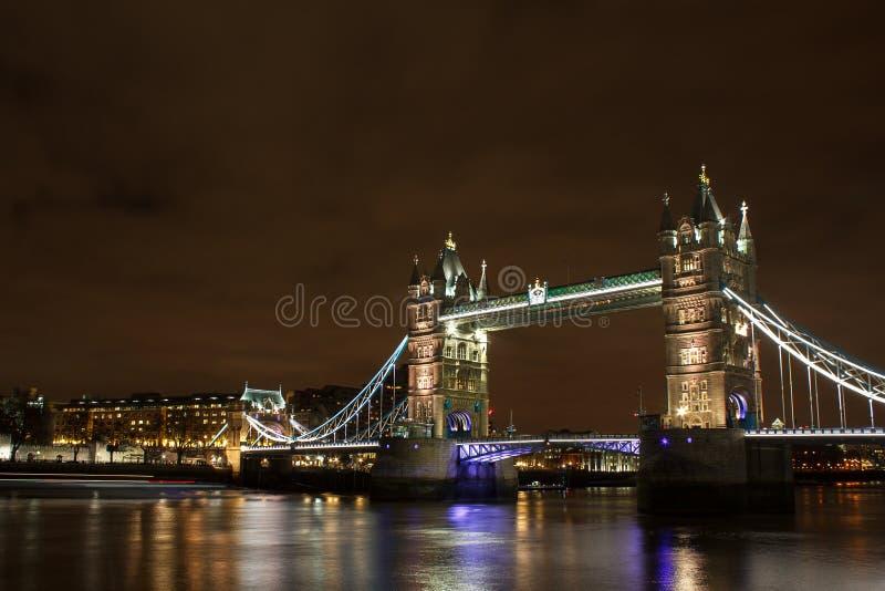 伦敦桥梁在晚上 免版税库存图片