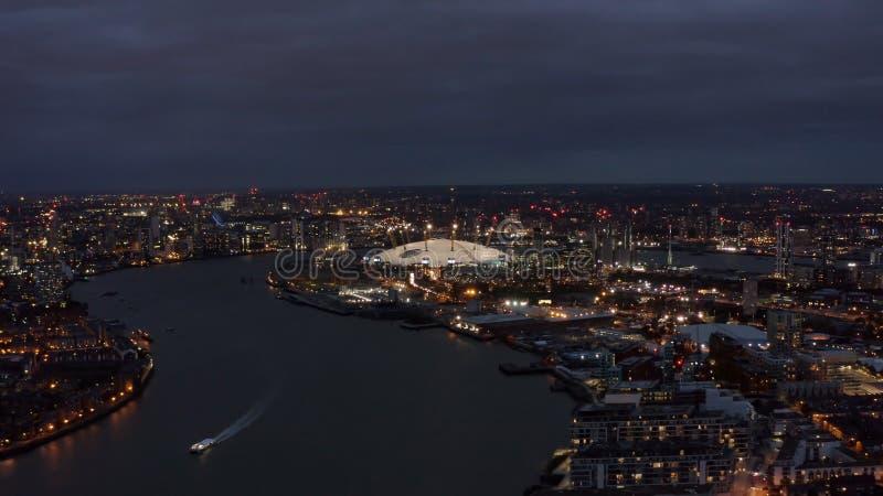 伦敦河沿地平线空中夜视图技艺 泰晤士河和O2竞技场 库存照片